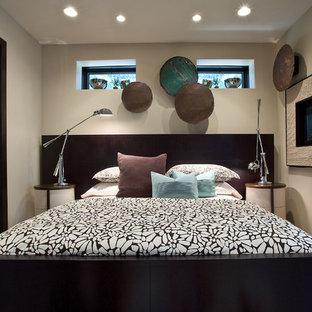 Стильный дизайн: маленькая хозяйская спальня в современном стиле с бежевыми стенами, ковровым покрытием, горизонтальным камином и фасадом камина из камня - последний тренд