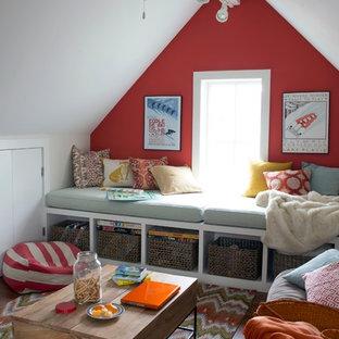 Diseño de dormitorio tipo loft, costero, de tamaño medio, sin chimenea, con paredes rojas, suelo de madera en tonos medios y suelo marrón