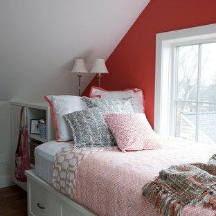 Diseño de habitación de invitados de estilo de casa de campo, pequeña, sin chimenea, con paredes rojas, suelo de madera en tonos medios y suelo marrón