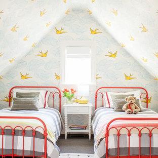 Idee per un'ampia camera degli ospiti chic con pareti rosse, moquette e nessun camino