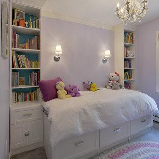 Ejemplo de dormitorio clásico, pequeño, sin chimenea, con paredes púrpuras, moqueta y suelo gris