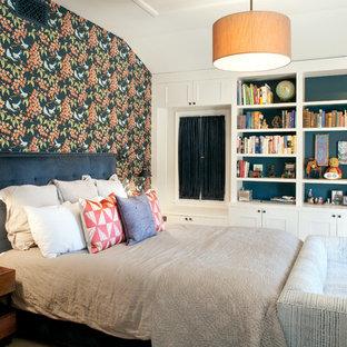 Foto di una camera da letto stile americano con parquet chiaro e nessun camino
