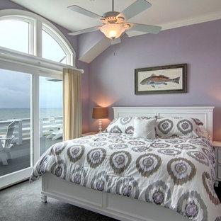Modelo de habitación de invitados marinera, de tamaño medio, sin chimenea, con paredes púrpuras y moqueta