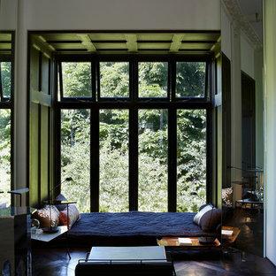 Eklektisk inredning av ett sovrum, med mörkt trägolv och svart golv