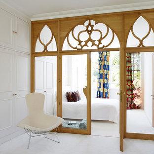 Diseño de dormitorio bohemio con paredes blancas y suelo blanco