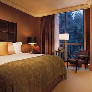 バンクーバーのコンテンポラリースタイルのおしゃれな寝室 (茶色い壁、木材の暖炉まわり) のインテリア