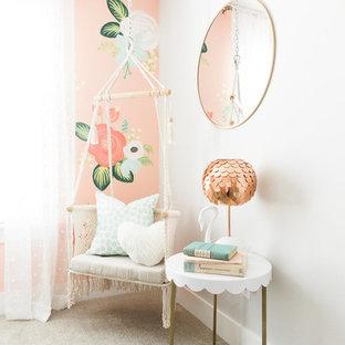 Ejemplo de dormitorio nórdico, de tamaño medio, con paredes rosas