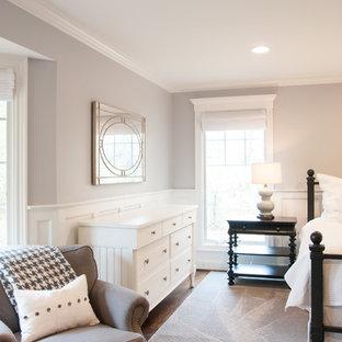 Immagine di una camera matrimoniale minimalista con pareti grigie e parquet scuro