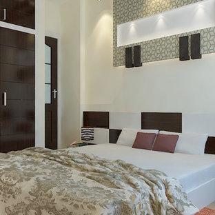 Diseño de dormitorio principal, de estilo zen, de tamaño medio, con paredes blancas, suelo de baldosas de terracota y suelo marrón