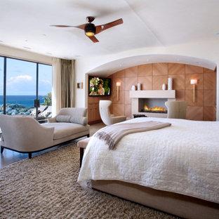 Idéer för maritima sovrum, med vita väggar, mellanmörkt trägolv, en standard öppen spis och brunt golv