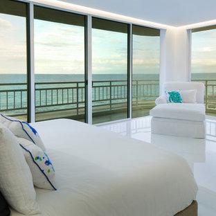 Imagen de dormitorio principal, minimalista, grande, sin chimenea, con paredes blancas y suelo blanco