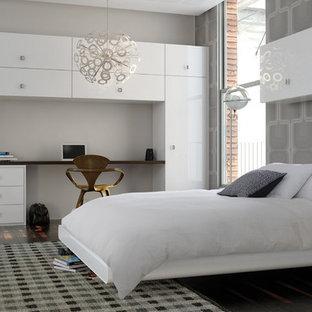 Mittelgroßes Skandinavisches Hauptschlafzimmer mit grauer Wandfarbe und dunklem Holzboden in London