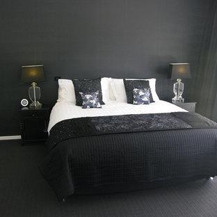 Imagen de habitación de invitados moderna, de tamaño medio, sin chimenea, con paredes negras, moqueta y suelo negro