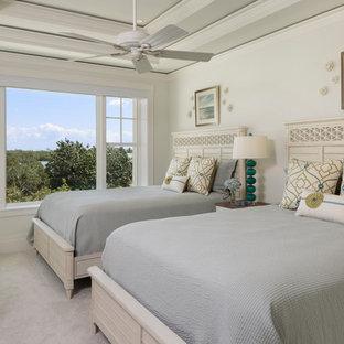 Mittelgroßes Maritimes Gästezimmer mit weißer Wandfarbe, Teppichboden und grauem Boden in Miami