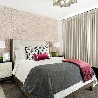 ソルトレイクシティのトランジショナルスタイルのおしゃれな主寝室 (ピンクの壁、カーペット敷き、暖炉なし)