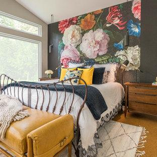 Foto de dormitorio ecléctico con paredes multicolor, suelo de corcho y suelo marrón
