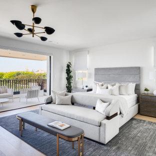 Идея дизайна: хозяйская спальня в стиле ретро с белыми стенами и светлым паркетным полом