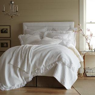 Foto de dormitorio romántico, de tamaño medio, con paredes beige y suelo de madera clara