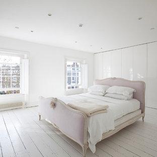 Foto de dormitorio principal, actual, grande, con paredes blancas y suelo de madera pintada