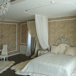 Diseño de dormitorio principal, tradicional, grande, sin chimenea, con parades naranjas, suelo de madera pintada y suelo marrón