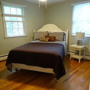 Ispirazione per una camera degli ospiti classica di medie dimensioni con pareti grigie, pavimento in legno massello medio e pavimento giallo