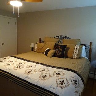 Imagen de habitación de invitados tradicional, de tamaño medio, con paredes marrones, suelo de madera en tonos medios y suelo amarillo