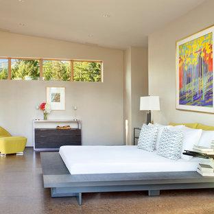 他の地域のコンテンポラリースタイルのおしゃれな寝室 (グレーの壁、コルクフローリング) のレイアウト