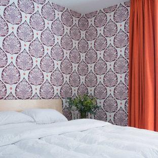 Diseño de habitación de invitados moderna, de tamaño medio, sin chimenea, con paredes púrpuras, moqueta y suelo gris
