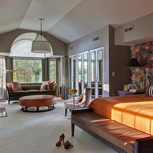 ニューヨークのトランジショナルスタイルのおしゃれな主寝室 (ベージュの壁、カーペット敷き)