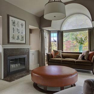 Ejemplo de dormitorio principal, tradicional renovado, con paredes marrones, moqueta, chimenea tradicional y marco de chimenea de baldosas y/o azulejos