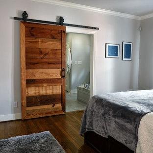 Diseño de dormitorio principal, rústico, de tamaño medio, con paredes grises, suelo de mármol y suelo gris
