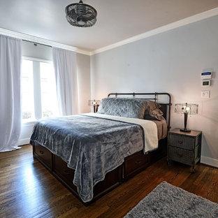 Imagen de dormitorio principal, rural, de tamaño medio, con paredes grises, suelo de mármol y suelo gris