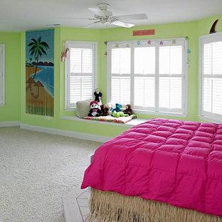 Diseño de habitación de invitados de estilo de casa de campo, grande, sin chimenea, con paredes verdes y moqueta