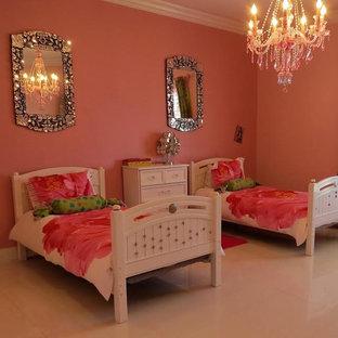 Modelo de habitación de invitados bohemia, de tamaño medio, con paredes rosas y suelo de baldosas de porcelana