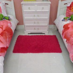 Imagen de habitación de invitados bohemia, de tamaño medio, con paredes rosas