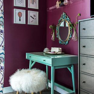 Bild på ett vintage sovrum, med lila väggar och heltäckningsmatta