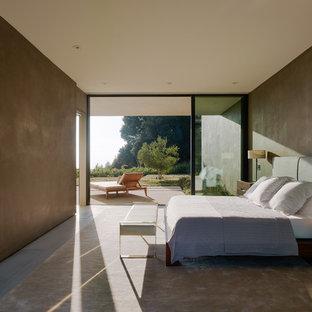 Inredning av ett modernt stort sovrum, med bruna väggar och grått golv