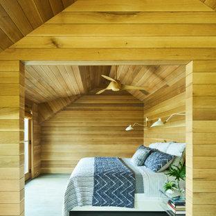 Diseño de dormitorio actual con paredes marrones, suelo de madera en tonos medios y suelo verde