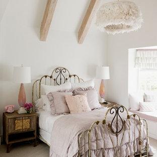 Esempio di una camera da letto shabby-chic style con pareti bianche e moquette