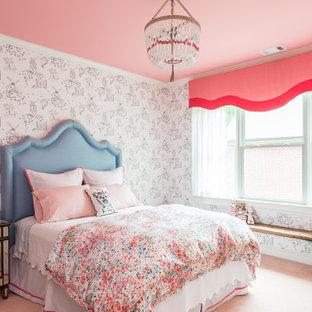 Klassisk inredning av ett mellanstort sovrum, med vita väggar, heltäckningsmatta och rosa golv