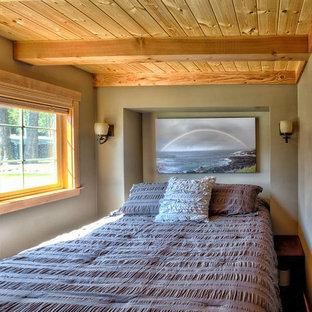 Foto på ett litet amerikanskt huvudsovrum, med grå väggar och mellanmörkt trägolv