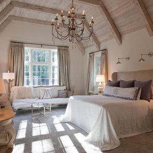 Cette photo montre une très grande chambre chic avec un mur beige, aucune cheminée et un sol beige.