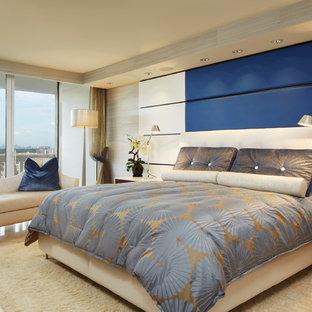 Diseño de dormitorio principal, contemporáneo, de tamaño medio, con paredes azules y suelo de mármol