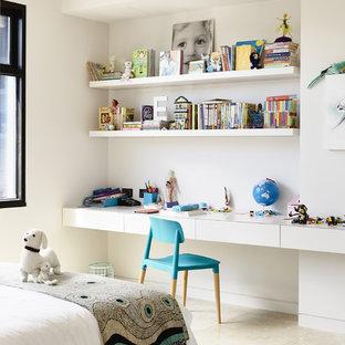 Inspiration för ett funkis sovrum, med vita väggar och kalkstensgolv