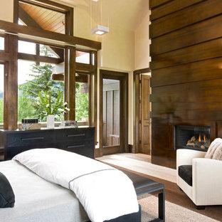 Exempel på ett modernt sovrum, med en spiselkrans i metall