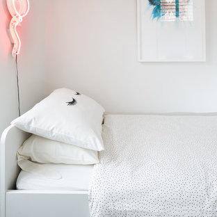 Imagen de dormitorio clásico renovado, pequeño, con paredes blancas, moqueta y suelo violeta