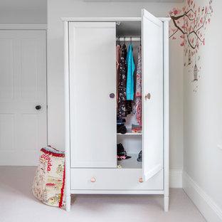 Modelo de dormitorio tradicional renovado, pequeño, con paredes blancas, moqueta y suelo violeta