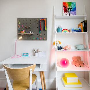 Ejemplo de dormitorio clásico renovado, pequeño, con paredes blancas, moqueta y suelo violeta