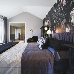 Foto de dormitorio principal, tradicional renovado, grande, con paredes negras, moqueta, chimenea tradicional y marco de chimenea de madera