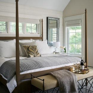 Exemple d'une chambre parentale chic avec un mur blanc, un plafond voûté et du lambris de bois.